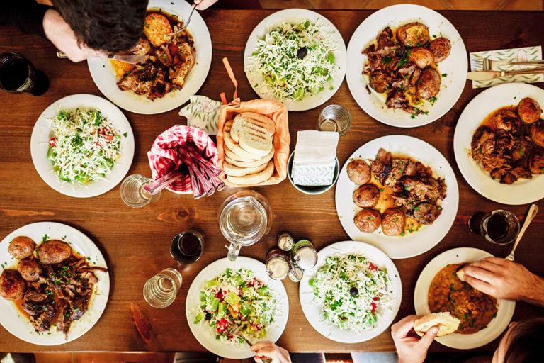 写真:いろんな料理が並んだテーブルを囲んでいる様子を真上から見たところ