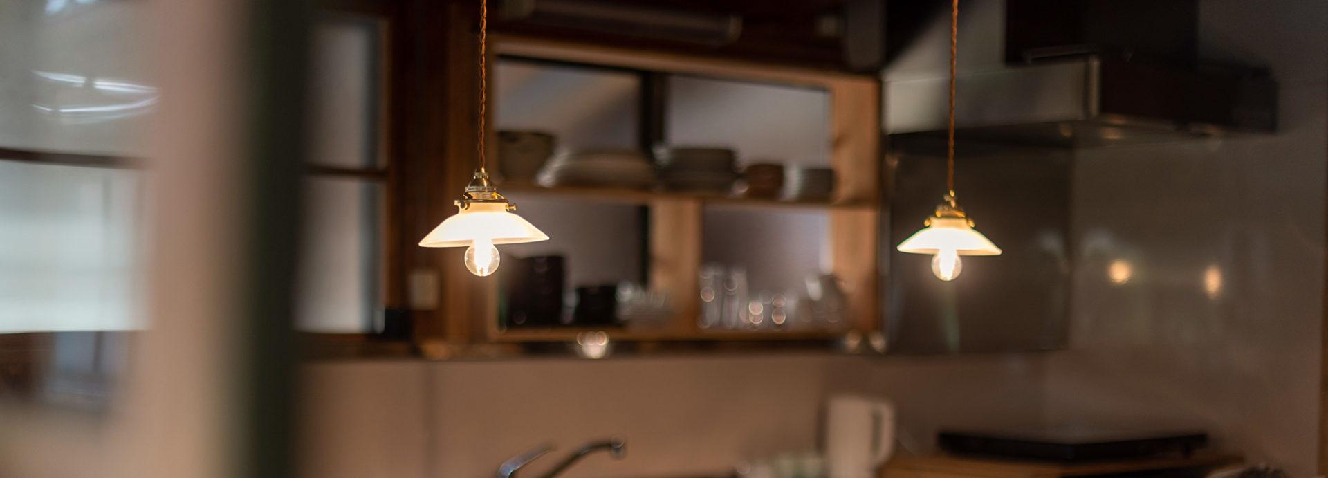 写真:キッチンの棚とランプ