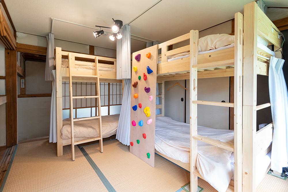 写真:木製の2段ベッドが2つある和室