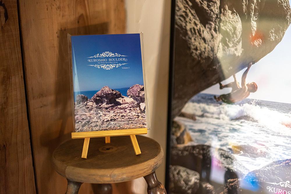写真:書籍「Kuroshio Boulder」と、ロッククライミングをしている人の写真