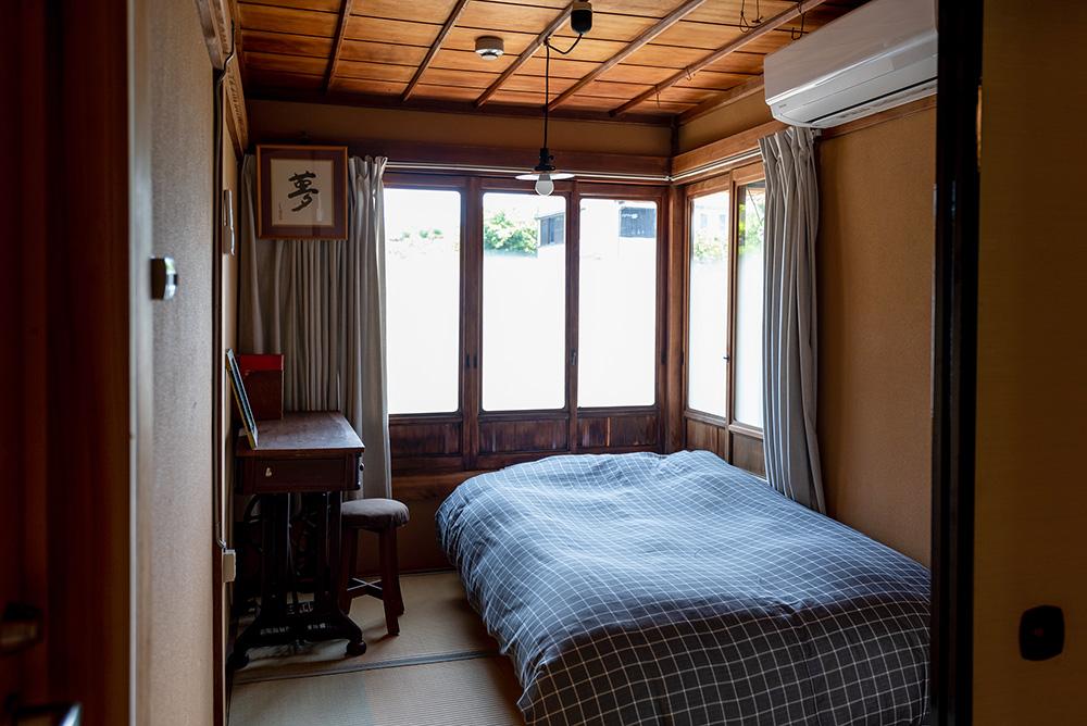 写真:部屋の全景。ベッドの枕元を囲むように窓がある。