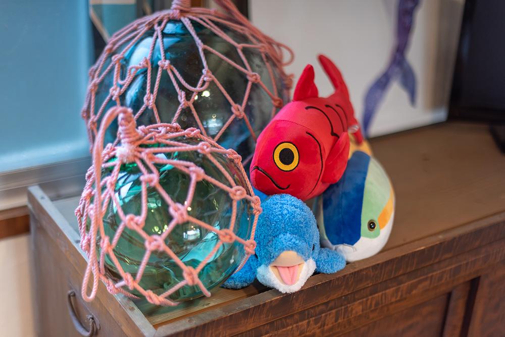 写真:イルカ、金目鯛、かつおのぬいぐるみとガラスの浮き玉