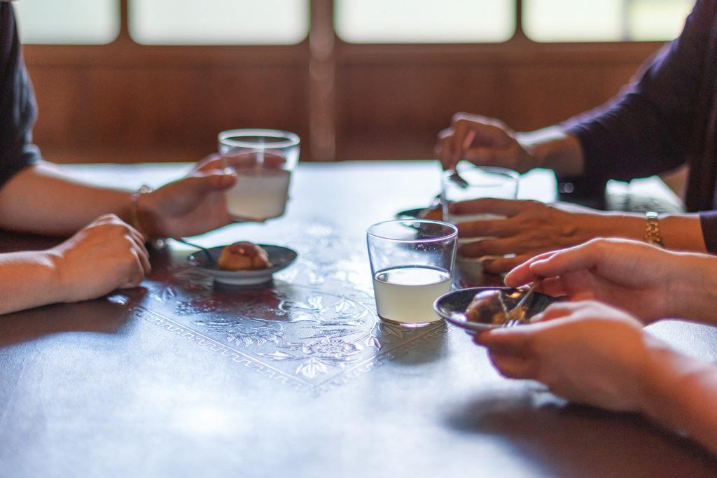 写真:お茶会をしている3人の女性の手元。