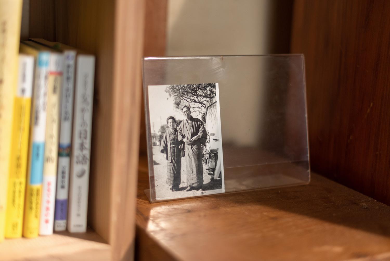 写真:着物を着た老夫婦のモノクロ写真が本棚の側に飾られている