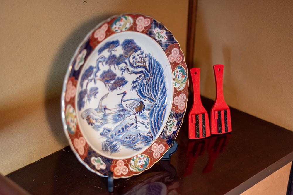 写真:大きな皿(皿鉢)と鳴子