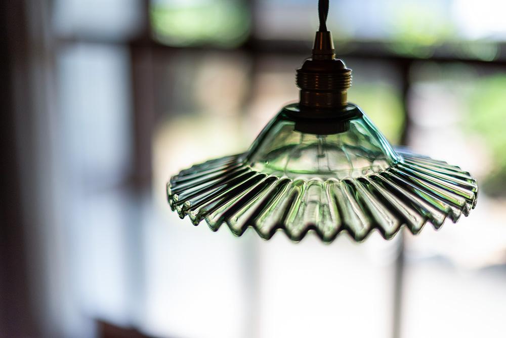 写真:ガラスのシェードがついた吊り下げライト